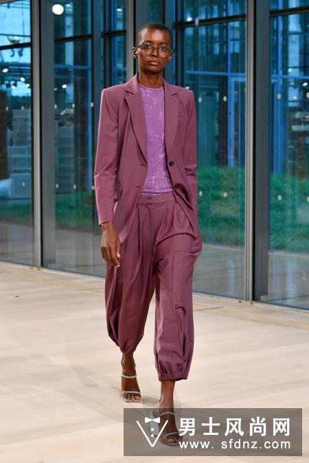 同色系不同深浅的套装再次强调了实穿性,解决了不知道穿什么的烦恼