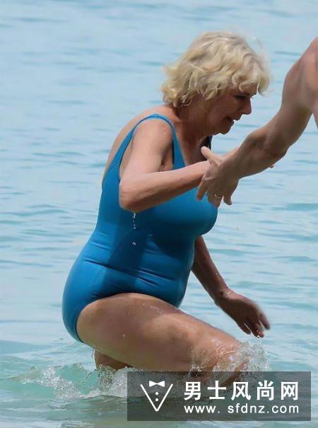 泳衣会越穿越松吗 松点好还是紧点好